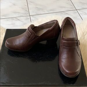 Naturalized brown heeled shoes